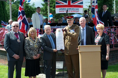 Cllr Cooney and Lt Col Richard Jordan signing the covenant