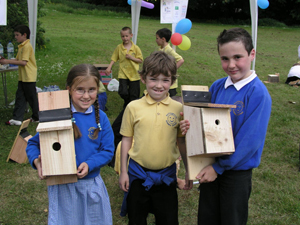 Pupils from Hollingworth Primary making bird boxes